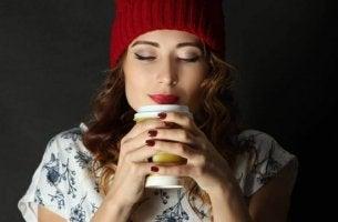 kadın kahve içip mutlu oluyor