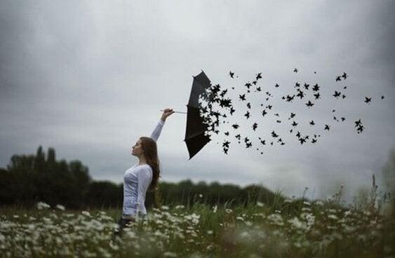 kadının şemsiyesi yapraklara dönüşmüş