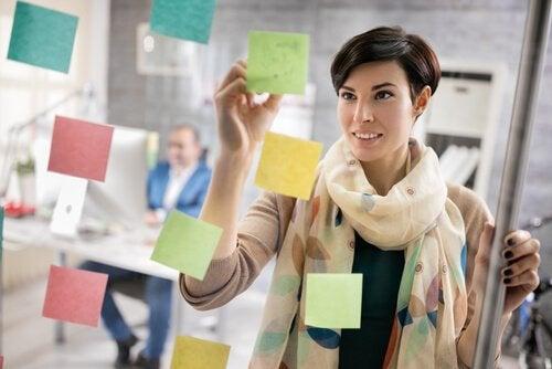 kadın çalışırken not alıyor