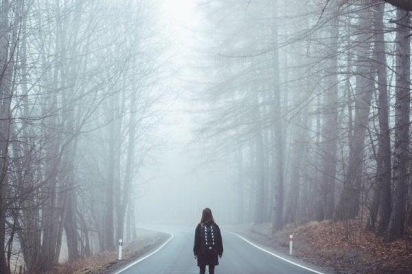 kadın sisli yolda