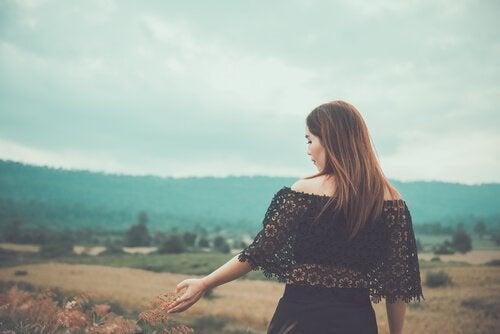 kadın tarlada geziyor