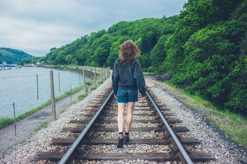 kadın raylarda yürüyor