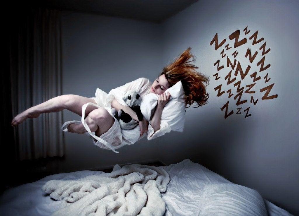 kadın uyurken havalanmış
