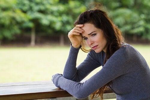 kadın üzgün üzgün bakıyor