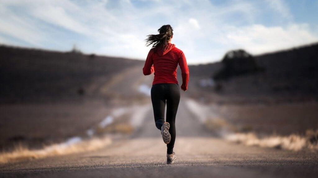 kadın yolda koşuyor