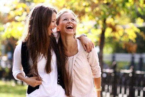kadınlar mutlu geziyor