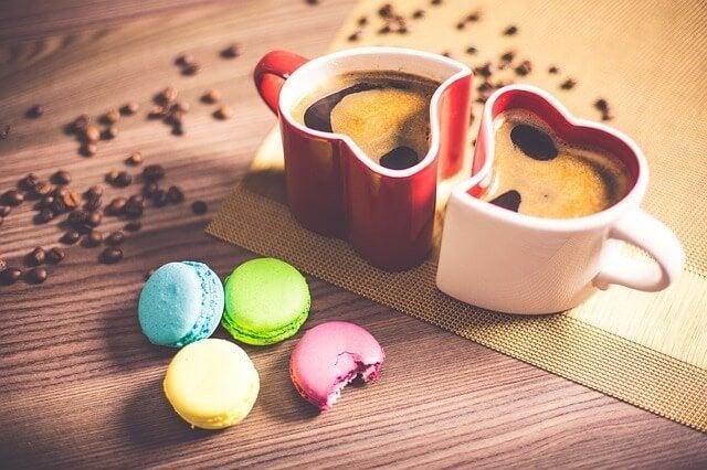makaronlar ve kalp kupada kahve