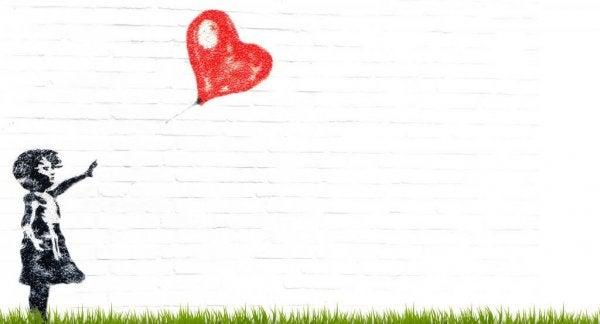 kalp şeklinde balonu olan küçük kız