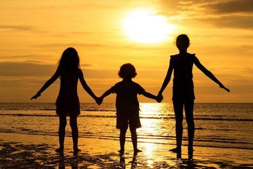 sahilde güneşe karşı duran kardeşler
