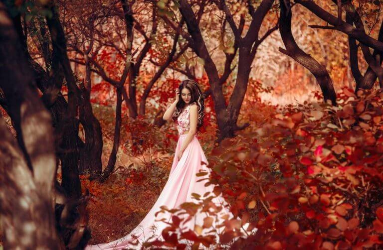 sonbaharda ormandaki kız