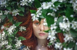 kızıl saçlı kadın ormanda