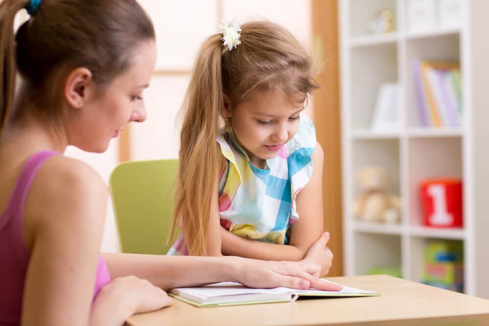kızına öğreten anne