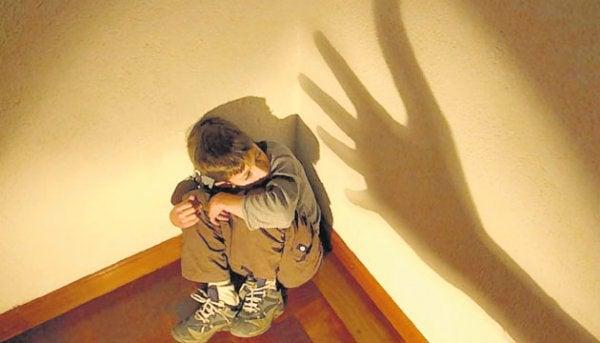 yerde oturan korkmuş çocuk