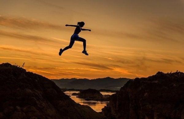 gün batımında koşarak atlayan kadın