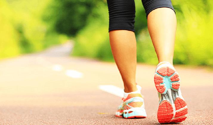 yolda koşan spor ayakkabılı ayaklar