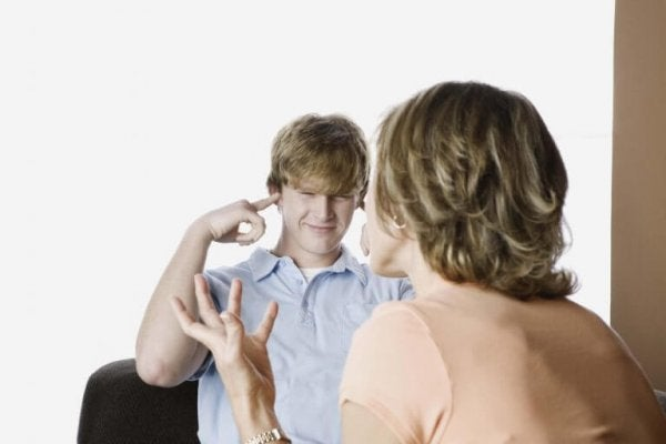 bağıran ebeveynini dinlemeyen ergen