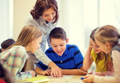 mutlu öğrenciler ve öğretmen