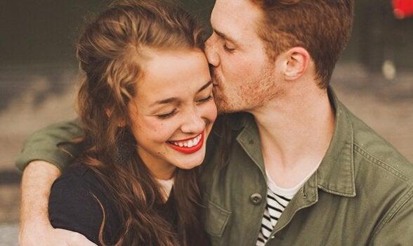 sevgilisinin başını öpen adam