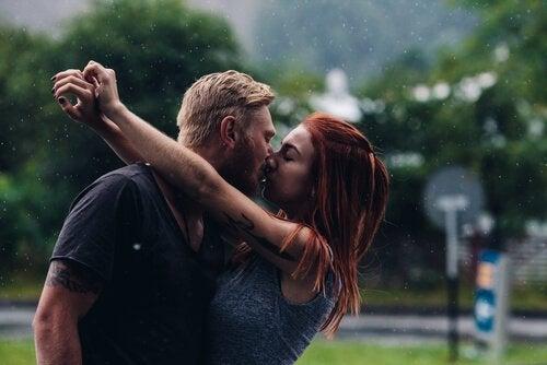açık havada öpüşen çift