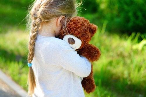 oyuncak ayısını tutan çocuk