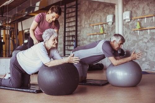 pilates yapan yaşlı insanlar ve eğitmen