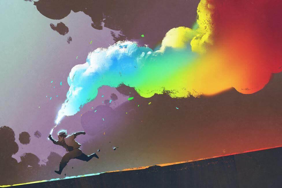renkli duman çıkararak koşan çocuk