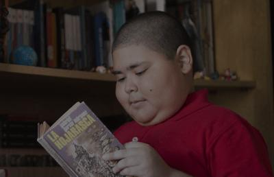 Rubén Darío Ávalos kitap okuyor