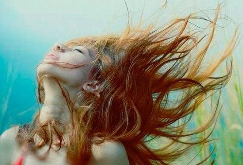 saçları rüzgarda savrulan kadın