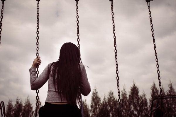 kasvetli havada salıncakta sallanan kız