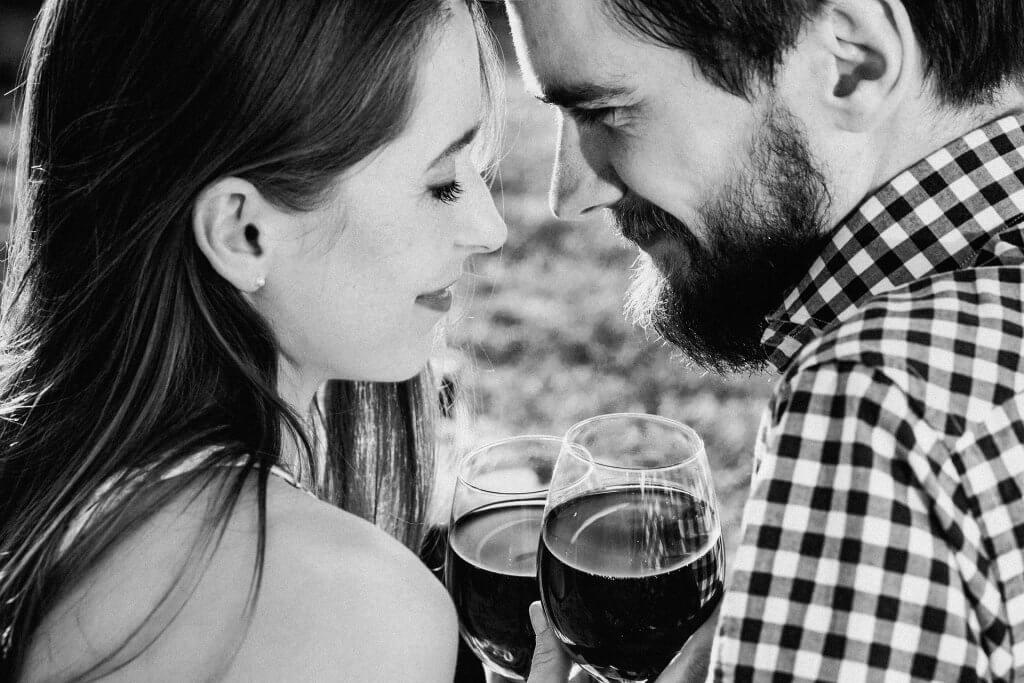 şarap içen çift