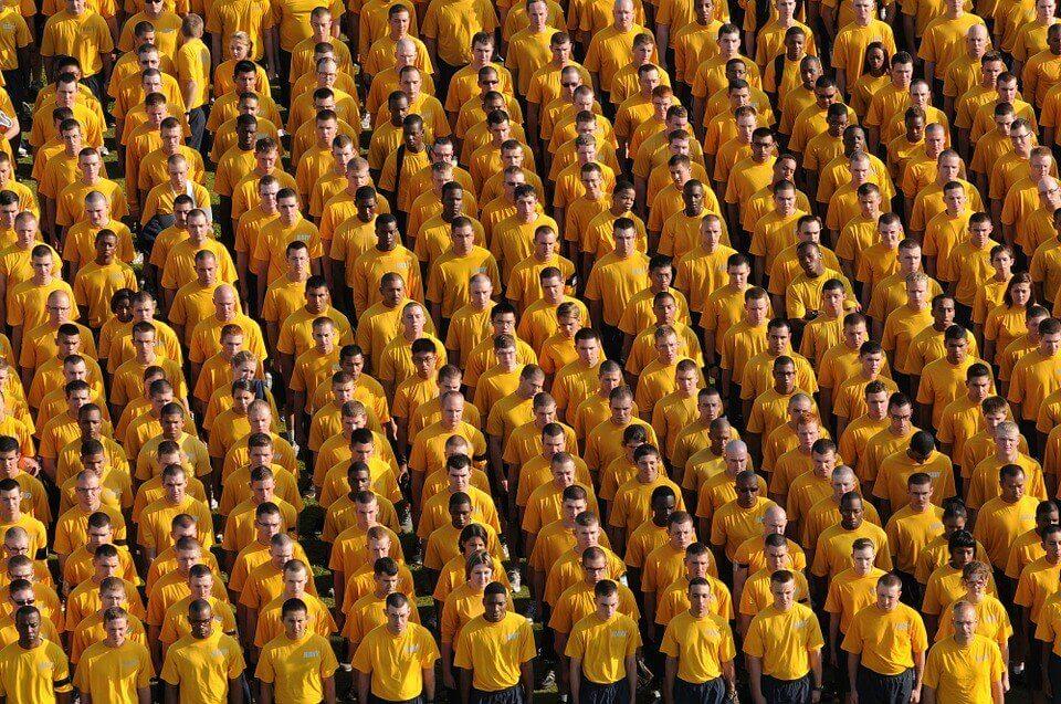 sıraya dizilmiş sarı tişörtlü adamlar