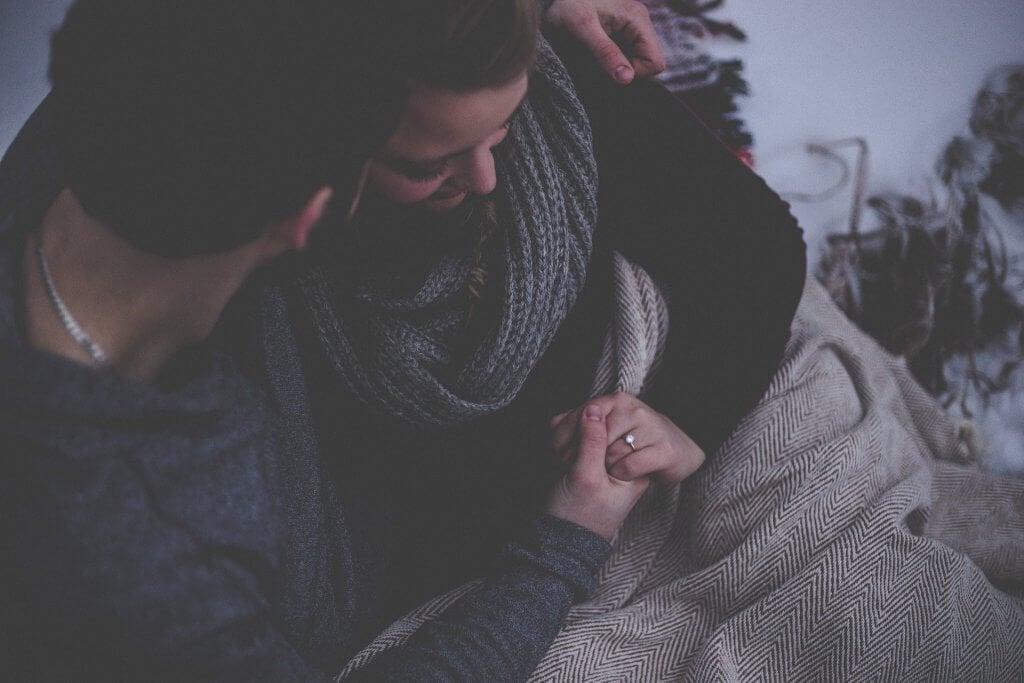 soğuk havada sarılan çift