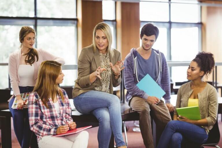 sınıfta anlatan öğretmen ve genç öğrencileri