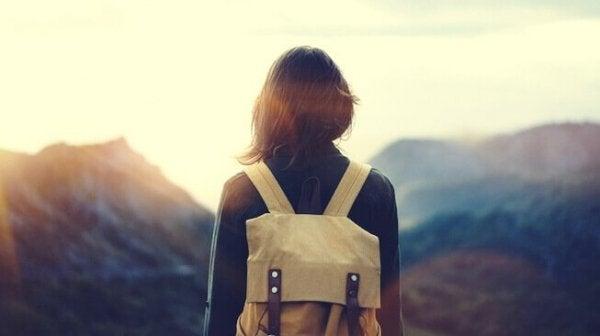 sırt çantalı arkası dönük kız