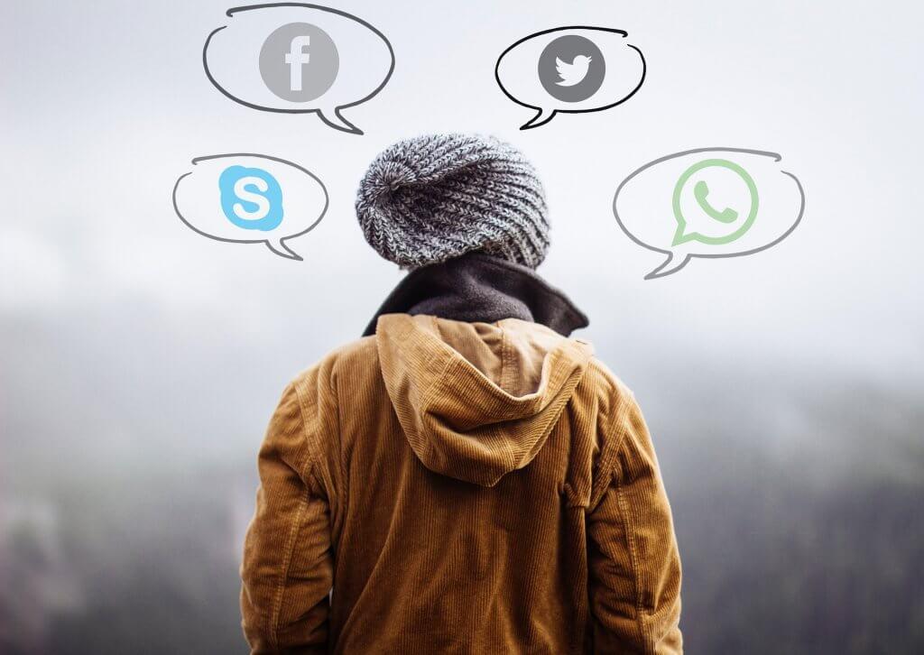 sosyal medya kanallarını düşünen insan
