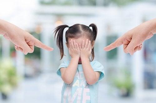 ebeveynleri tarafından suçlanan çocuk
