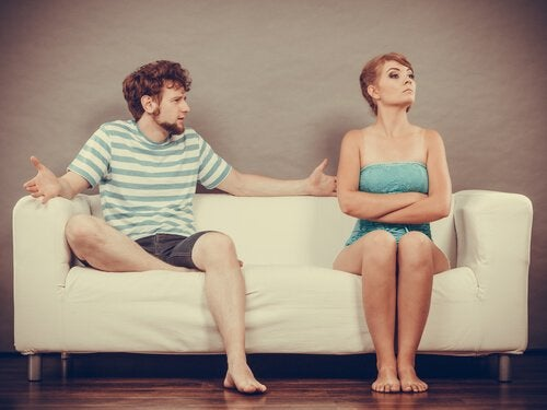 koltukta oturmuş tartışan çift