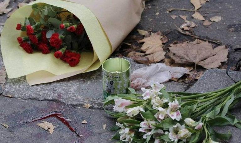 terör saldırısı yerine bırakılan çiçekler