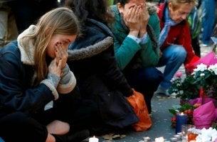 terör saldırısı sonrası üzgün insanlar