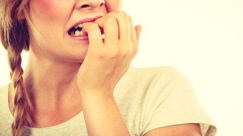 tırnaklarını yiyen kadın