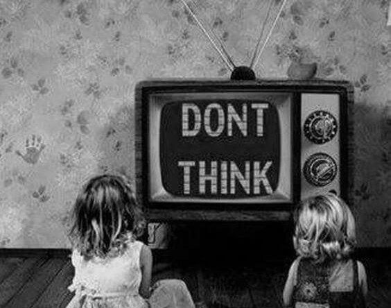 tv önünde oturan çocuklar