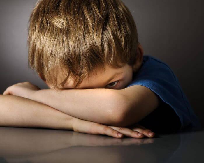 üzgün çocuk bakıyor