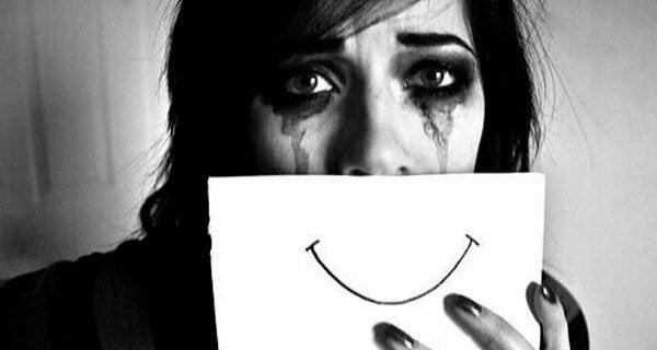 mutlu kağıtla yüzünü kapatan üzgün kadın
