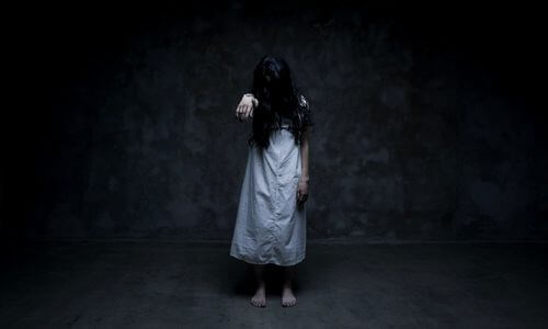 uzun saçlı korkutucu kız