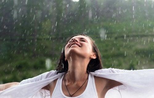 kadın yağmur altında mutlu