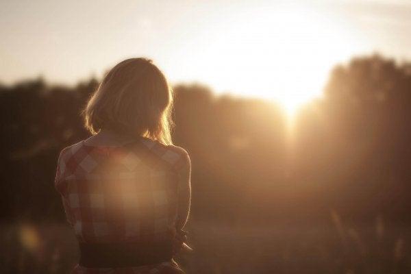 batan güneşi izleyen kadın