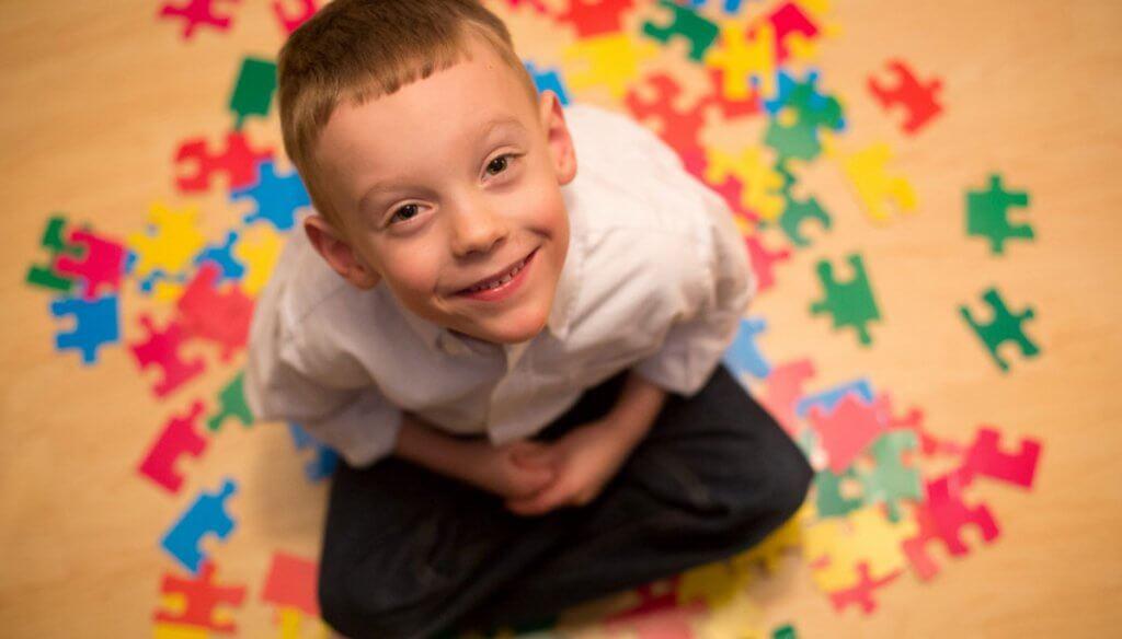 gülümseyen mutlu çocuk