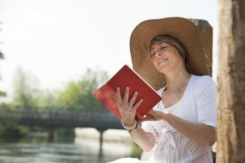 yaşlı bir kadın kitap okuyor