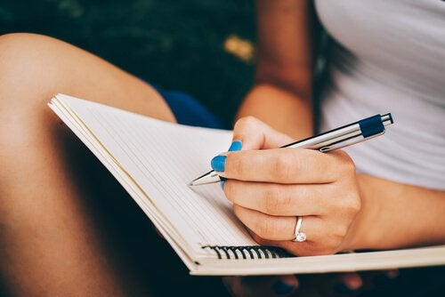deftere yazı yazan kadın