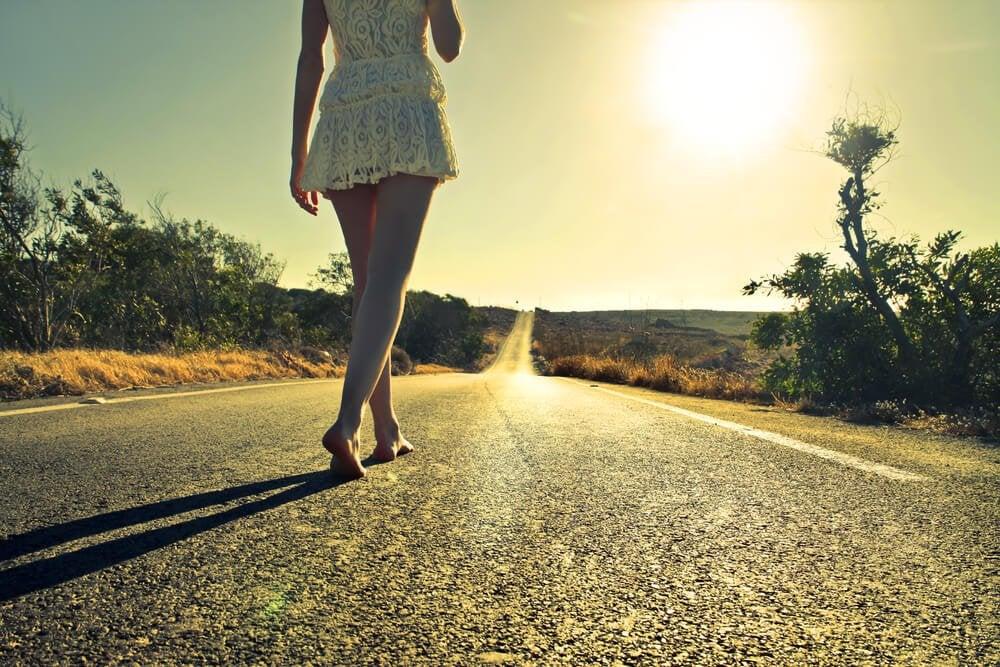 yolda yalınayak yürüyen kadın